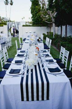 une table décorer de style marin, chemin de table a rayures blanc-bleu