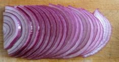 Onion does not just make meals taste better, but it also has medicinal properties. Here are 5 health conditions that can be resolved with onion. Onion Benefits Health, Health Chart, Health And Wellness, Health Fitness, Health Diet, Menu Dieta, Onion Relish, Healthy Vegetables, Canning Recipes