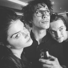 Marie Avgeropoulos, Bob Morley and Richard Harmon The 100 cast Octavia Blake, Bellamy Blake, John Murphy Marie Avgeropoulos, The 100 Show, The 100 Cast, It Cast, Bellarke, Babies And Tv, Murphy The 100, Die 100, Tv Show Casting