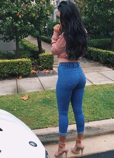 Stretch-Jeans befinden sich auf der Bequemlichkeitsskala zwischen Leggings und klassischen Röhrenjeans. Viele tragen sie absichtlich ein bis zwei Größen zu eng.Pinterest @sydonce