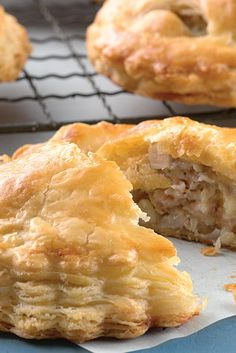 Sausage, Apple, and Cheddar Pocket Pies A savory hand-held pie with a touch of sweetness. Tart Recipes, Baking Recipes, Flour Recipes, Sausage Recipes, Sandwich Recipes, Curry Recipes, Croissant, Pocket Pie Recipe, Turnover Recipes