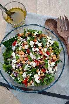Kikertsalat med mynte, koriander og feta I Chickpeas salad with mint leaves, cilantro and feta