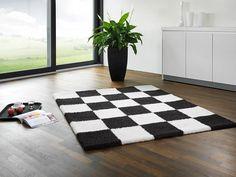 So schön kann Teppich sein! Schach matt, dieser flauschige umgebuckter Teppich bietet auch einem Schachspieler die Möglichkeit ohne Spielbrett jederzeit Schach spielen zu können.