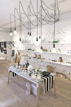 The lofty interior of Showroom, a retail concept store located in Brisbane. Photo – Mindi Cooke for The Design Files. Gift Shop Interiors, Store Interiors, Commercial Design, Commercial Interiors, Decoracion Low Cost, Design Garage, Retail Store Design, Retail Stores, Store Interior Design