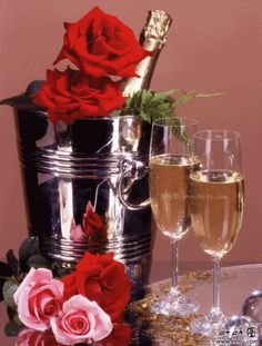 Champagne e rose Happy Birthday Flower, Happy Birthday Wishes, Birthday Greetings, Wine Bottle Images, Mosaic Pictures, Romantic Dinners, Small Paintings, Beautiful Roses, Colored Diamonds