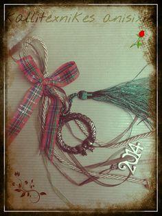 Γούρι 2014 με καρό κορδέλα και πράσινη φούντα! http://goo.gl/IsKgvK