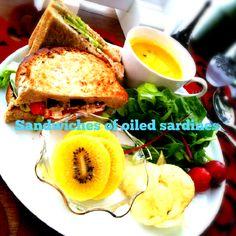 オイルサーディンをトマトとレタスでサンドイッチに♥粒マスタードたっぷりのオーロラソースで(*^^*) いただきま~す♥ﻌﻌﻌﻌ - 214件のもぐもぐ - ❦オイルサーディンのサンドイッチ(•ˆ-ˆ•)/ by echo1188