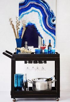 Bar Cart Ideas - There are some cool bar cart ideas which can be used to create a bar cart that suits your space. Having a bar cart offers lots of benefits. This bar cart can be used to turn your empty living room corner into the life of the party. Diy Bar Cart, Gold Bar Cart, Bar Cart Styling, Bar Cart Decor, Bar Carts, Black Bar Cart, Bar Trolley, Styling Tips, Mobile Bar