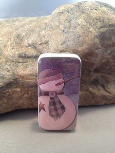 Snowman Domino Pin by withlovebylori on Etsy, . Cute Crafts, Crafts To Make, Christmas Crafts, Diy Crafts, Domino Jewelry, Diy Jewelry, Jewelery, Domino Crafts, Domino Art