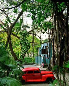 teal... red... Rosa en La Tropical, Cuba, 2000 | ^ https://de.pinterest.com/alexsisandolini/cuban-history-its-beauty/