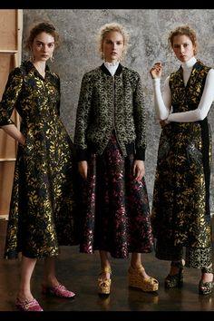 Guarda la sfilata di moda Erdem a Londra e scopri la collezione di abiti e accessori per la stagione Pre-Collezioni Autunno-Inverno 2017-18.