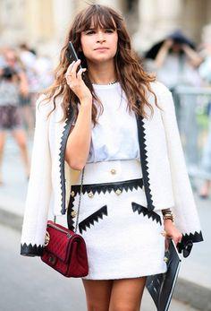 Miroslava Duma veste conjuntinho de tweed preto e branco e arremata o look com Chanel vermelha