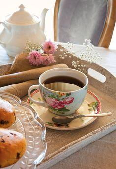 La hora del té  Mantel de lino de Mavi Lizán. Taza, platito y pastelera procedentes de Coton et Bois.