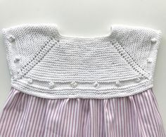 Patrones Toddler Dress, Knit Baby Dress, Knitted Baby Clothes, Knitting For Kids, Baby Knitting, Tricot Baby, Baby Fabric, Little Girl Dresses, Cool Baby Stuff