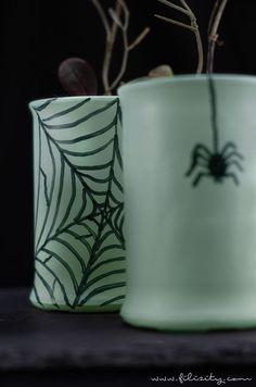 Einfache Halloween Deko Idee: Glow in the dark Vasen selber machen | DIY Fluoreszierende Deko für die Halloween Party | Filizity.com | DIY-Blog aus dem Rheinland #halloween #deko #booh Crafts To Do, Crafts For Kids, Glow, Graphisches Design, Vases, Diy Inspiration, Fete Halloween, Ancient Beauty, Diy Blog