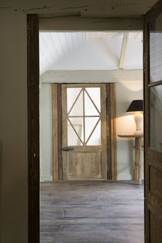 Inkijk over een 18 eeuws verouderde vloer, in veren verbinding, kant en klaar in gekleurde wax afgewerkt. Erg mooie kleuren. www.achterhuis.nl