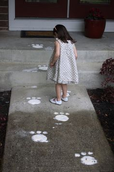 DIY Easter bunny trail, perfect for an Easter party or Easter Egg hunt for kids. Bunny Crafts, Easter Crafts, Easter Decor, Easter Centerpiece, Hoppy Easter, Easter Eggs, Easter Table, Easter Bunny Tracks, Happy Home Fairy