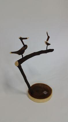 나무종류 및 규격 받침 다릅나무 110*15 솟대 때죽나무 230*280  솟대는 민속신앙에서 새해의 풍년을 기원하며 세우거나   마을 입구에 마을의 수호신의 상징으로 세운 긴 나무 장대이다.   삼한 시대의 소도에서 유래한 것으로 보인다.   주로 긴 장대 끝에 나무로 만든 새 조각이 있는 모습이다.   지방에 따라 '소줏대', '솔대', '별신대' 등으로 불리며,   '진또베기'는 강원도 지방에서 솟대를 일컫는 방언이다. Diy And Crafts, Arts And Crafts, Bird Sculpture, Korean Art, Buddhist Art, Wood Toys, Wood Carving, Woodworking, Crafty