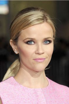 How to get Reese Witherspoon's smoky eyes and pink lips.