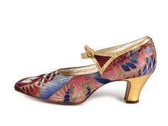 Shoe-Icons / Shoes / Multi-color brocade and gold leather applique button strap shoes. 1920s Shoes, Vintage Shoes, Vintage Accessories, Vintage Outfits, Vintage Fashion, Vintage Clothing, Fashion 1920s, Vestido Art Deco, Art Deco Fashion