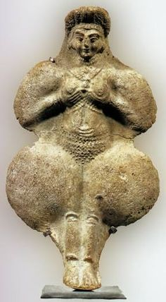 The Goddess Inanna in breast-offering pose. As early as 3500 B. Inanna was worshiped as the great Goddess of Sumeria. Also known as Queen of Heaven and Earth, Priestess of Heaven, Light of the World. Ancient Goddesses, Gods And Goddesses, Potnia Theron, Symbole Viking, Art Antique, Mother Goddess, Sacred Feminine, Art Sculpture, Sumerian