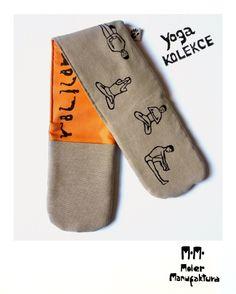 Chňapka_Kolekce Yoga Praktický design chňapky ušitý pro obě ruce. Samotná látka také chrání před popálením o hranu plechu nebo většího hrnce. Motiv jogy tištěn klasickou linorytovou technologií kvalitní barvou na textil fixovanou zažehlením.