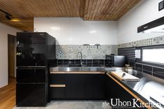 黑色廚房,black kitchen. Black Kitchens, Kitchen Cabinets, Table, Furniture, Design, Home Decor, Decoration Home, Room Decor, Cabinets