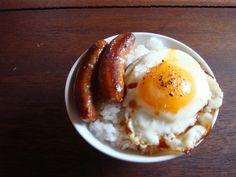 目玉焼き丼 West and east meet: sausage and egg on rice.