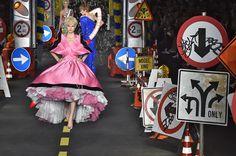 O verão 2016 da Moschino traz vestidos inspirados nas princesas Disney