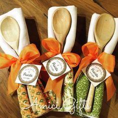 Kit colher de pau + pano de prato Easy Homemade Gifts, Diy Gifts, Handmade Gifts, Diy Gift Baskets, Christmas Gift Baskets, Creative Gift Baskets, Diy Bow, Diy Ribbon, Christmas Projects