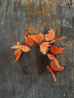 ALLE OGEN OP U. Vol met eigenzinnigheid, vlinders veer zweven tactvol boven je hoofd in een levendige oranje palet. Uitstekend geschikt voor lange of korte haren, en perfect voor de mode bewuste bruiden en Boheemse socialites. Deze zendspoel is zo ontworpen dat u het as is kan dragen