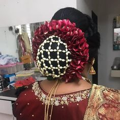 What a beautiful large low bun with real flower mesh cover! Care however should be taken before adopting such hairstyles, as due to it's high static charge, it will cause phlegm to move up in the throat, causing the voice to quaver & a frequent urge to clear the throat. A heavy chabi chhalla with a long & wide hook if inserted at the edge of the pleats of the saree, will reduce this problem as it's hook will activate the acupressure points that act to keep the throat clear. Bridal Hair Buns, Bridal Hairdo, Spring Hairstyles, Bride Hairstyles, Indian Hairstyles, Real Flowers, Flowers In Hair, Hair Decorations, Hair Dos