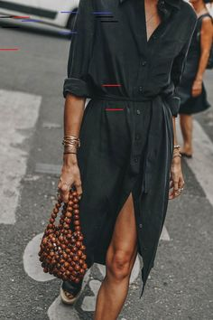 Petite robe noire VS robe fleurie Shirt dress and beaded bag - casual chic outfit Casual Chic Outfits, Casual Dresses, Summer Dresses, Midi Dresses, Summer Clothes, Elegant Dresses, Trendy Outfits, Pretty Dresses, Sexy Dresses