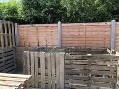 A DIY backyard budget bar using pallets and paint. It turns out so well that a local beverage company actually stocked it for him. Outdoor Pallet Bar, Outdoor Patio Bar, Backyard Bar, Backyard Landscaping, Outdoor Cabana, Pallet Benches, Pallet Couch, Pallet Tables, 1001 Pallets