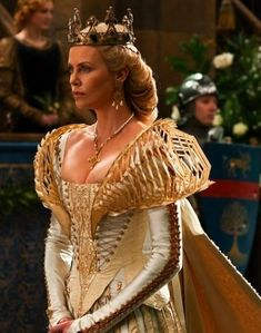 evil queen snow white and the huntsman costume design Snow White Huntsman, Evil Queen Costume, Queen Ravenna, Snowwhite And The Huntsman, Colleen Atwood, Snow White Dresses, Reign Fashion, Blond, Female Armor