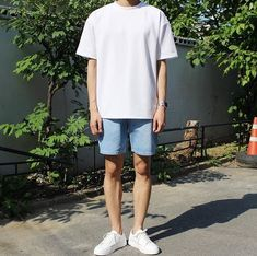A-Shaped silhouette- white tee + denim shorts + white sneakers fashion moda, Korean Outfits, Short Outfits, Trendy Outfits, Mode Streetwear, Streetwear Fashion, Korean Fashion Men, Mens Fashion, Urban Fashion Girls, Teen Boy Fashion