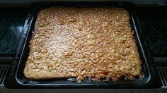 Zutaten für den Bienenstichkuchen : Ein Ei Größe M, fertigen Hefeteig , 250g Butter 250g Mandeln, 2 Esslöffel Honig