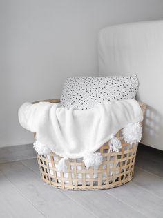 diy pom pom blanket passionshake of Diy Home Decor Easy, Easy Diy, Crochet Christmas Stocking Pattern, Blanket Basket, Always Kiss Me Goodnight, Baby Blanket Crochet, Crochet Baby, Decorating Small Spaces, Diy Storage