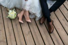 足の新郎新婦には、ウェディングの靴(soft focus )。 ストックフォト・写真素材 83229193 - iStock