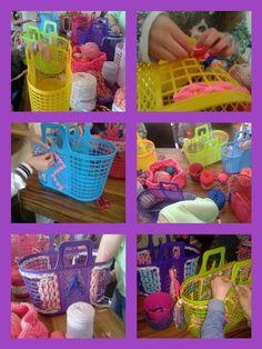 Bekijk de foto van Broekkie met als titel Plastic shoppermand opleuken met kinderen. Leuk idee voor een kinderfeestje. en andere inspirerende plaatjes op Welke.nl.