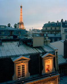 Quand la nuit tombe, la Dame de Fer se pare de ses plus beaux atours...  #paris #toureiffel