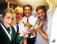 Benvenuto a bordo a #EdoardoStoppa  e Imu, la  mascotte di #StriscialaNotizia, sul volo Napoli - Milano Linate. >>> Welcome on board #EdoardoStoppa and his friend Imu!