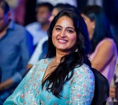 Anushka Shetty attended the Behindwoods Gold Medal Awards & She was Won the Best actress in the lead role by Behindwoods Gold Medal Awards for the Movie Baahubali 2 as 'Devasana'. Anushka Latest Photos, Anushka Photos, Prabhas Actor, Prabhas And Anushka, Actress Anushka, South Indian Film, Best Actress, India Beauty, Beautiful Actresses