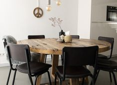This is why you should go for a round table! - ons huis - This is why you should go for a round table! New Living Room, Home And Living, Dining Area, Dining Room, Dining Tables, Rustic Home Design, Interior Inspiration, Sweet Home, House Design