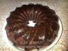 """SARIE SE SJOKOLADEKOEK EN VERSIER WENKE 'n Goeie sjokoladekoek, sê die meesterbakker Sarie Horn, moet 'n fyn tekstuur hê en klam wees. """"Resepte wat olie vereis, lewer gewoonlik 'n klam..."""