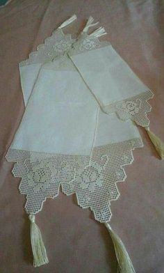 scarf ideains Mode Crochet, Crochet Home, Hand Crochet, Crochet Borders, Crochet Patterns, Crochet Pillow Cases, Bruges Lace, Embroidered Towels, Fillet Crochet