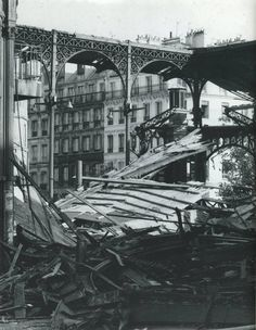 C'était il y a 40 ans, en 1973, la destruction des Halles, au/le coeur de Paris... Old Paris, Vintage Paris, Paris Photography, Vintage Photography, Old Pictures, Old Photos, Victorian Photos, Paris Cafe, Paris Photos