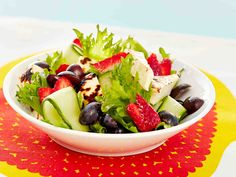 Mansikkainen leipäjuustosalaatti Fruit Salad, Cobb Salad, Salad Recipes, Vegetarian Recipes, Salads, Baking, Dinner, Vegetables, Dressings