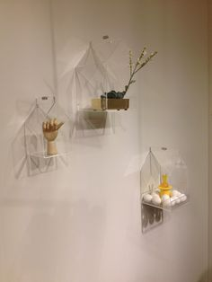 Huse fra funkyneon.dk med usynligt vægbeslag. Elegante, iøjnefaldende, og så diskrete, at de giver al opmærksomheden til de udstillede produkter. Set i Salling.