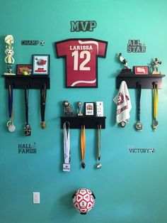 Wow check out this cool tween boys bedroom - what a clever style Soccer Room Decor, Soccer Bedroom, Football Bedroom, Boy Sports Bedroom, Boys Bedroom Decor, Bedroom Ideas, Trophy Shelf, Trophy Display, Award Display